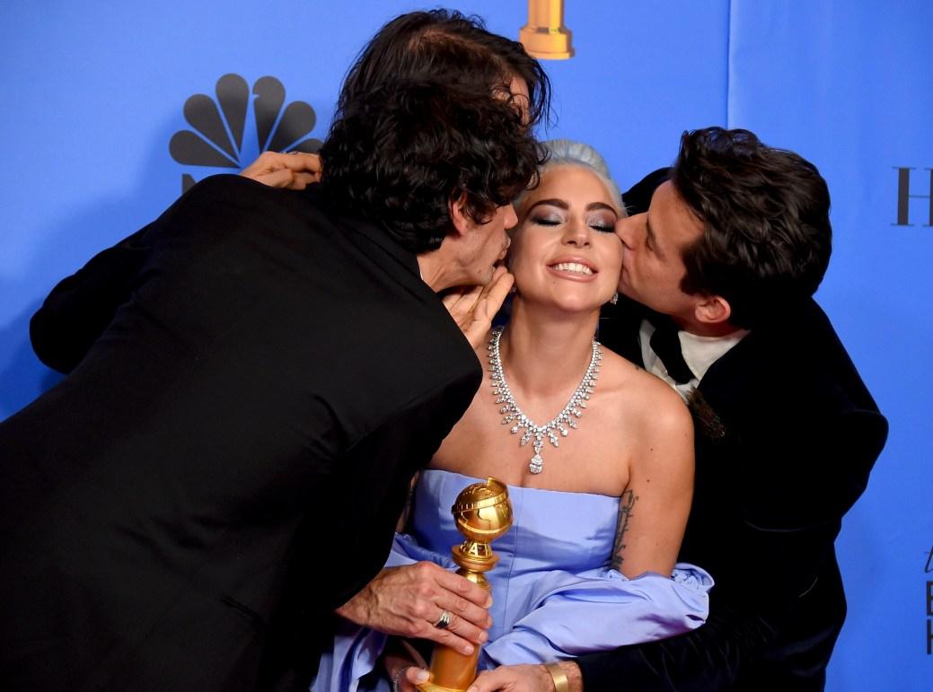 Anthony Rossomando, Andrew Wyatt, et Mark Ronson embrasse Lady Gaga. - Associated Press