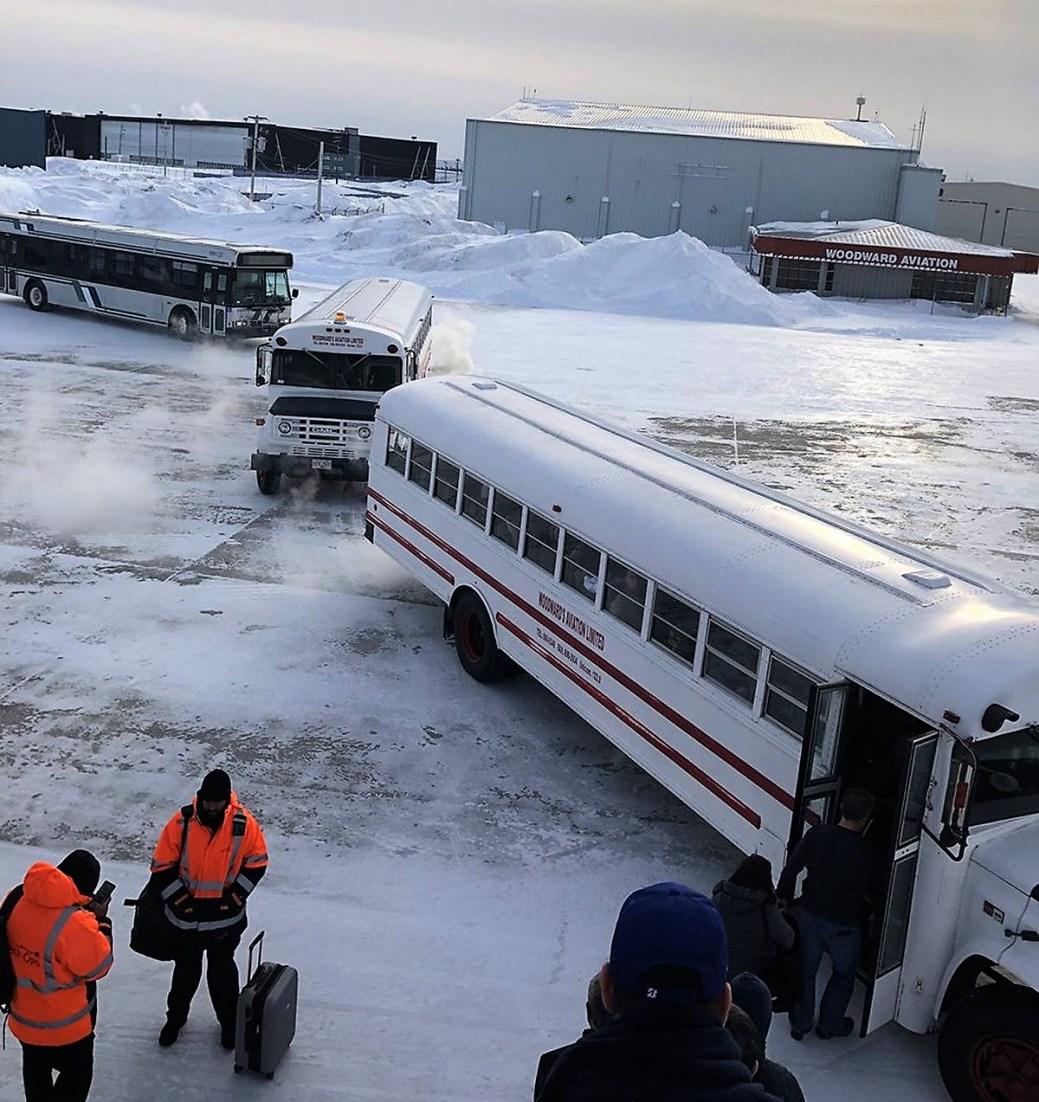 Des passagers montent à l'intérieur d'autobus après 16 heures d'attente. - PC