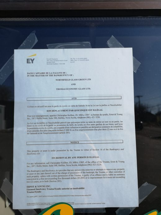 Une note placardée sur les portes d'Economy Glass indique que l'entreprise a déclaré faillite. - Acadie Nouvelle: Patrick Lacelle