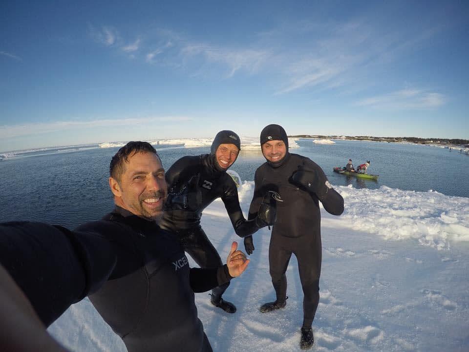 Éric Girard (au centre), avec ses amis Adrien Noël (à gauche) et Roch Chiasson, pendant leur sortie sur les glaces au large de Grande-Anse. - Gracieuseté 13 avril 2019