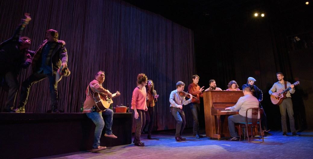 Les Acadiens ont le sens de la fête comme en témoigne cette scène de la pièce Winslow. - Photo: Emmanuel Albert