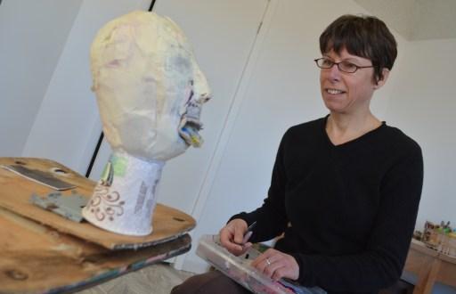 L'artiste en résidence Sylvie Pilotte travaille sur l'une de ses créations. - Acadie Nouvelle Jean-François Boisvert