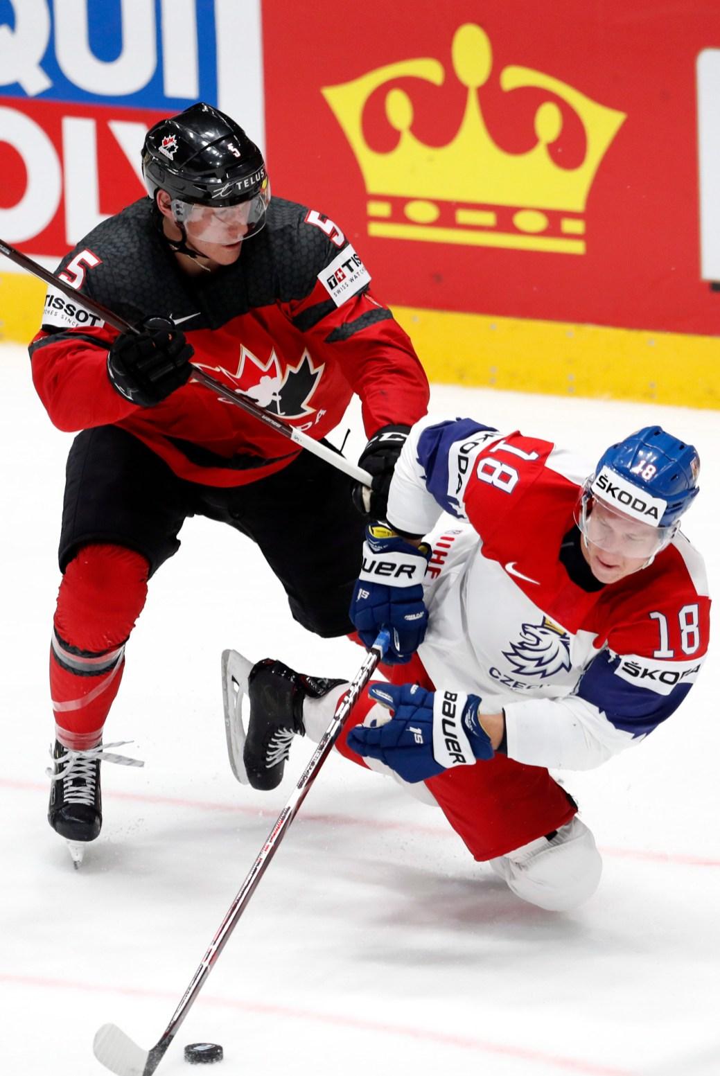 Philippe Myers (5), du Canada, met en échec Ondrej Palat, de la République tchèque, dans le match de demi-finale du Championnat mondial de hockey, samedi, en Slovaquie. - Associated Press: Petr David Josek