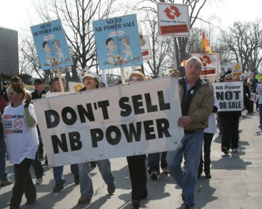 Manifestation contre la vente d'actifs d'Énergie NB à Hydro-Québec devant l'Assemblée législative à Fredericton. - Archives Acadie Nouvelle