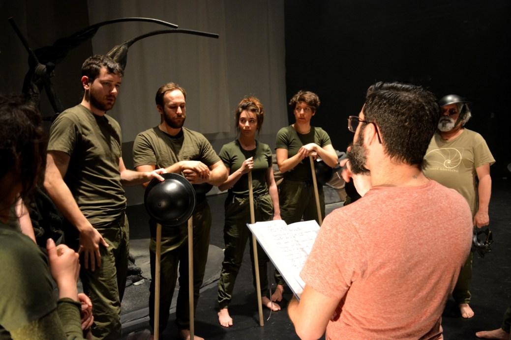 Le metteur en scène Marc-André Charron s'adresse à ses comédiens. - Acadie Nouvelle: Alexandre Boudreau
