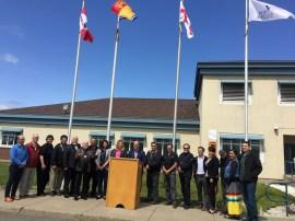 Le drapeau mi'gmaq a été hissé à l'entrée des bureaux de l'administration portuaire de Belledune mardi, en présence de nombreux dignitaires de Premières nations ainsi que d'élus du Restigouche. - Acadie Nouvelle Jean-François Boisvert