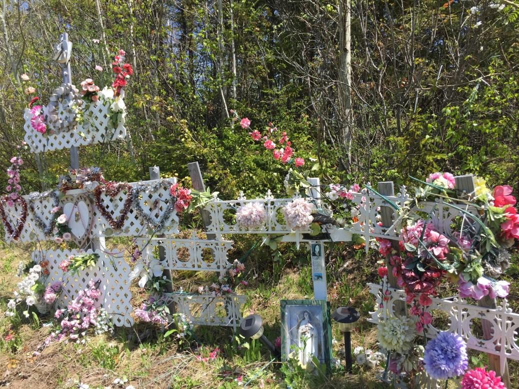 Le mémorial en hommage à Mabel McLaughlin, construit dans le fossé de la voie de contournement de la route 11 à Tracadie, près de Rivière-à-la-Truite. - Acadie Nouvelle: Réal Fradette6