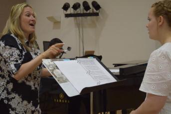 La soprano Chantal Dionne en pleine classe de chant avec Érika Aubé, une étudiante en chant. - Acadie Nouvelle: Sylvie Mousseau