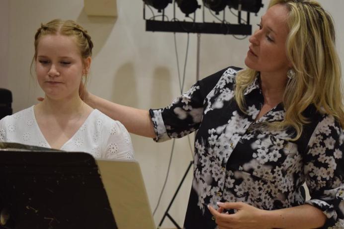 La soprano Chantal Dionne donne quelques conseils sur la mécanique vocale à Érika Aubé au cours d'une classe de chant. - Acadie Nouvelle: Sylvie Mousseau