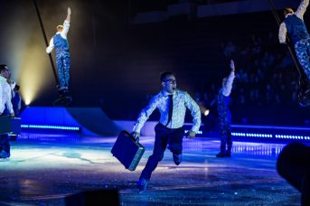 Shawn Sawyer dans son rôle d'homme d'affaire dans le spectacle Crystal du Cirque du Soleil. - Gracieuseté: Matt Beard, Cirque du Soleil