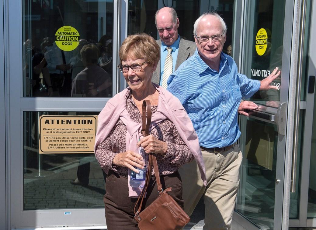 Connie Oland, la mère de Dennis Oland et la veuve de Richard Oland, à la sortie du palais de justice. - PC
