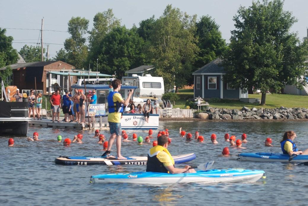 Les nageurs des Deux milles H20 Acadien de Tracadie attendent le signal de départ. - Gracieuseté: Daniel Robichaud