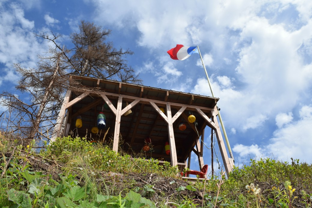 Le drapeau acadien flotte depuis des générations sur la côte de Mont-Carmel. - Acadie Nouvelle: Simon Delattre