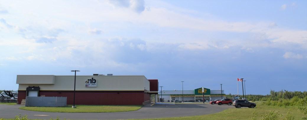 Après plus de cinq ans d'existence, le Méga Parc commercial de Tracadie compte seulement trois entreprises, dont Alcool NB et Kent Building Supplies. - Acadie Nouvelle: David Caron