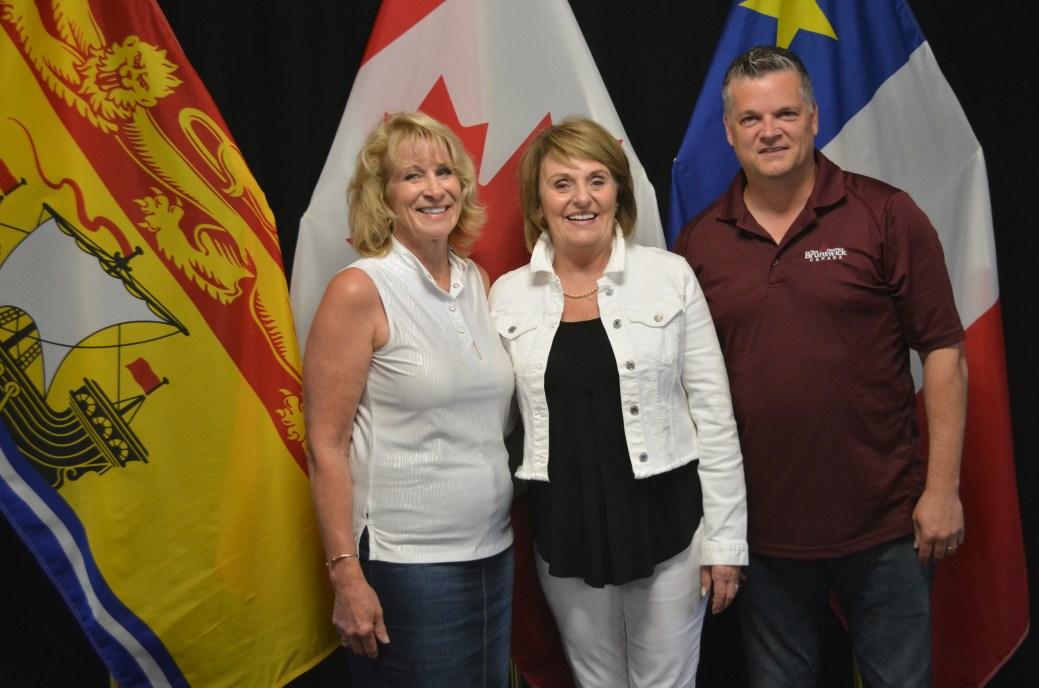 Les ministres Sherry Wilson et Robert Gauvin en compagnie de la maire de Saint-Quentin, Nicole Somers, lors de l'annonce du retour partiel de Service NB dans sa communauté. - Acadie Nouvelle Jean-François Boisvert