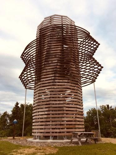 Érigée au beau milieu d'un champ à Saint-André-de-Restigouche, la structure unique du Belvédère Coeur des Plateaux permet aux visiteurs de monter à son sommet et d'admirer une vue imprenable (360 degrés) sur l'horizon gaspésien et néo-brunswickois. - Acadie Nouvelle Jean-François Boisvert