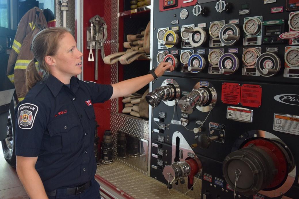 La pompière Sharon Kelly doit régulièrement contrôler l'état des camions. - Acadie Nouvelle: Édouard Merlo