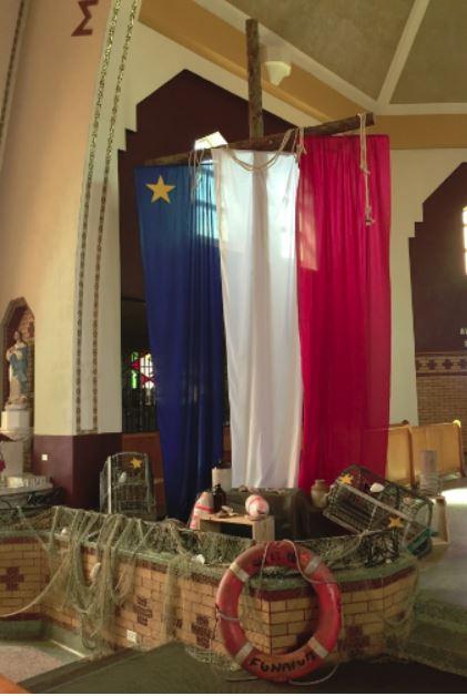 Le décor de l'église Saint-Polycarpe de Petit-Rocher a été installé en prévision de la fête nationale des Acadiens. - Gracieuseté: Aurèle Michaud