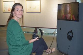 La commissaire de l'exposition Histoires nécessaires, Véronique LeBlanc, devant l'installation de Jennifer Bélanger, à la Galerie Moncton. - Acadie Nouvelle: Sylvie Mousseau