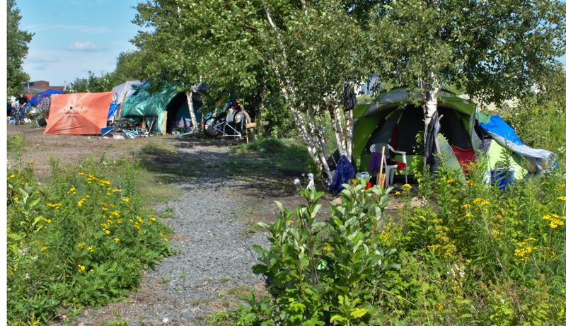 «On dit que mon emplacement est le plus propre», se félicite Mme Paul, à propos de son lieu de vie à Tent City. - Acadie Nouvelle: Cédric Thévenin