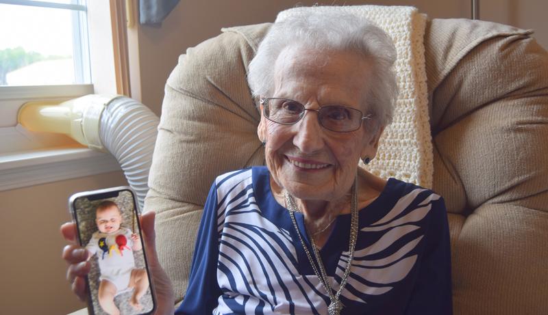 Bertha Roy avec une photo de Léon, son dernier arrière-petit-fils âgé de 6 mois. - Acadie Nouvelle: Édouard Merlo
