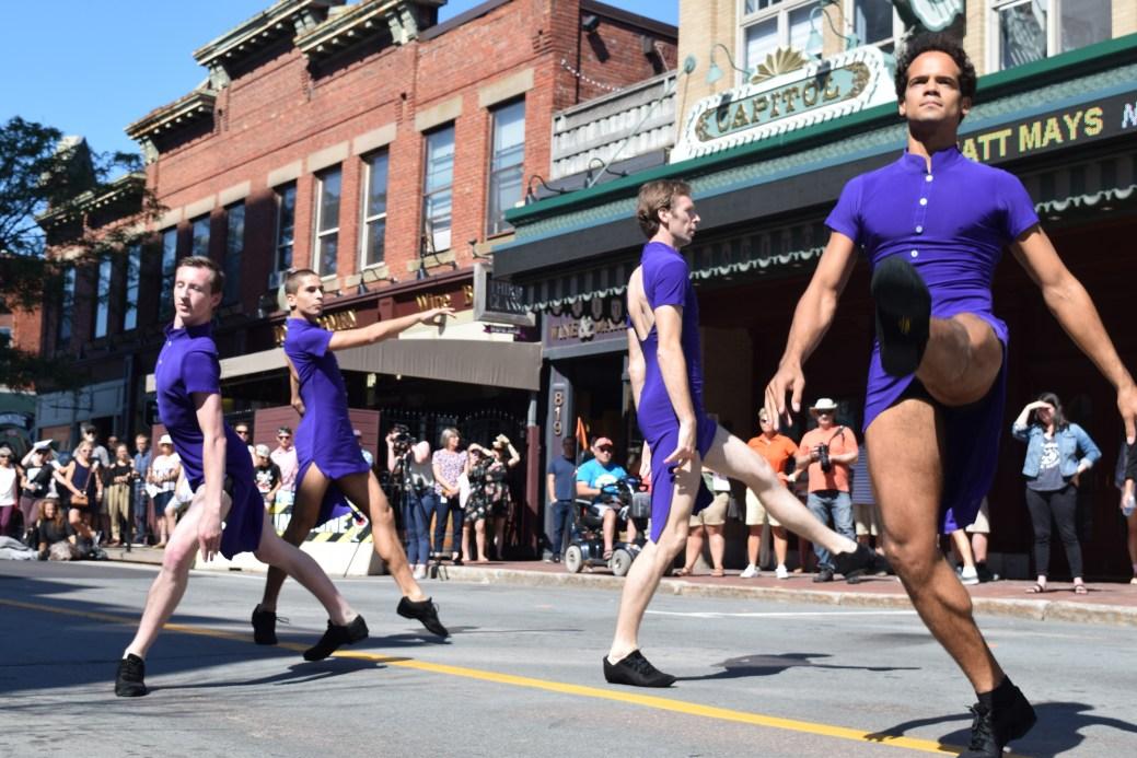 Les danseurs du BTAC ont donné le coup d'envoi à l'événement Danses au centre-ville en interprétant une oeuvre d'Igor Dobrovolskiy. - Acadie Nouvelle: Sylvie Mousseau