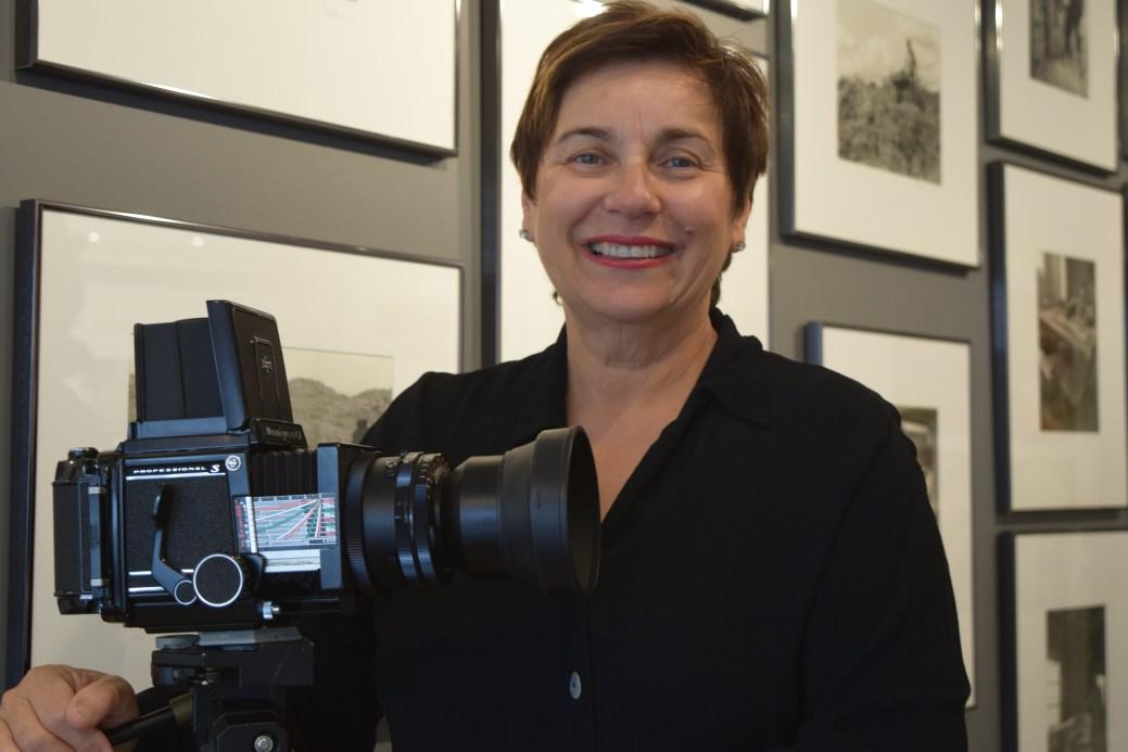 Dolores Breau devant quelques images de sa collection Portraits d'un peuple. - Acadie Nouvelle: Sylvie Mousseau
