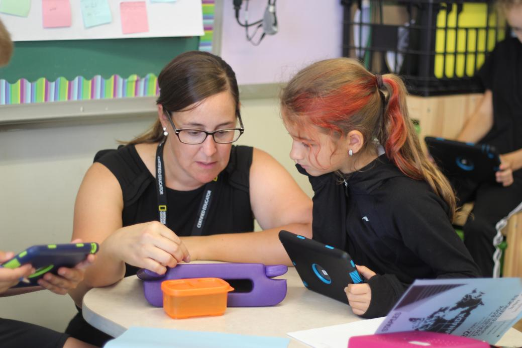 Monique Bourque estime que la tablette permet de maintenir l'intérêt des élèves. - Acadie Nouvelle: Simon Delattre