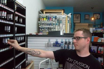 Daniel Vautour, le vendeur de la boutique Art Shack range des tubes de peinture. - Acadie Nouvelle: Cédric Thévenin