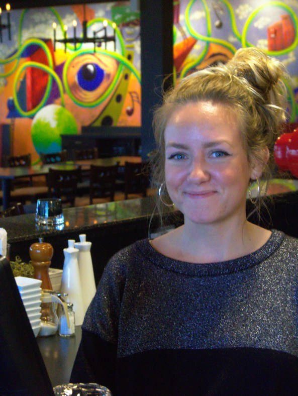 Jenna est serveuse au Dolma depuis deux ans. L'épicerie au rez-de-chaussée, le Landromat Espresso Bar et le restaurant Calactus, tous situés rue St-George, font partie de ses endroits préférés à Moncton. - Acadie Nouvelle: Cédric Thévenin