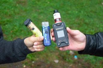 Les adolescents rencontrés sont très fiers de leur cigarette électronique. - Acadie Nouvelle: Cédric Thévenin