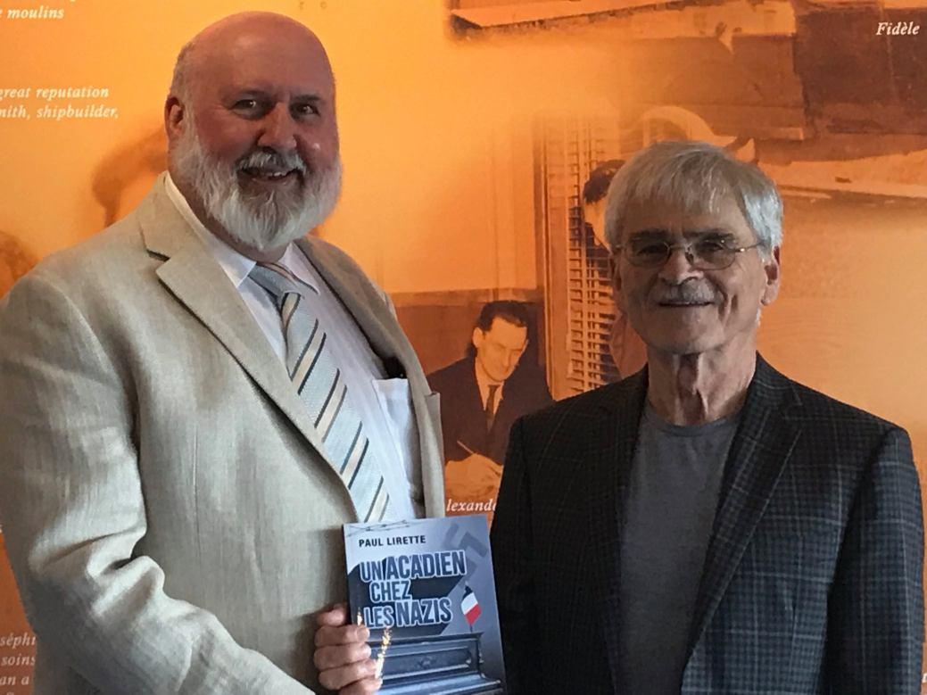 L'auteur Paul Lirette en compagie d'un autre écrivain, Cyrille Sippley. - Acadie Nouvelle: Alexandre Boudreau