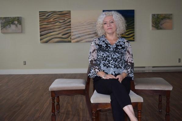La copropriétaire du nouveau centre à Richibucto, Rose-Marie Bernaquez, assise dans la galerie d'art. - Acadie Nouvelle: Sylvie Mousseau