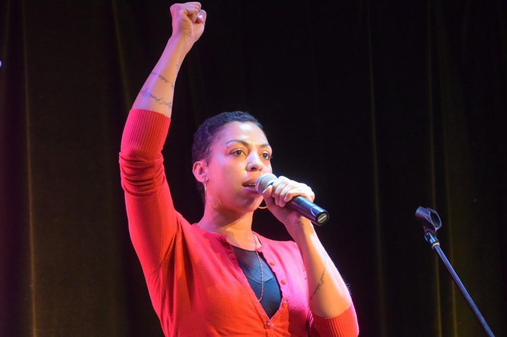 Nira Blessing du Burkina Faso lors de sa performance à l'ouverture du Festival international de slam/poésie en Acadie. Acadie Nouvelle: Sylvie Mousseau