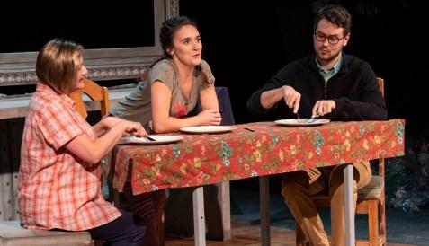 Karène Chiasson, Florence Brunet et Ludger Beaulieu dans une scène de la pièce Tsunami. - Gracieuseté: Mathieu Léger.