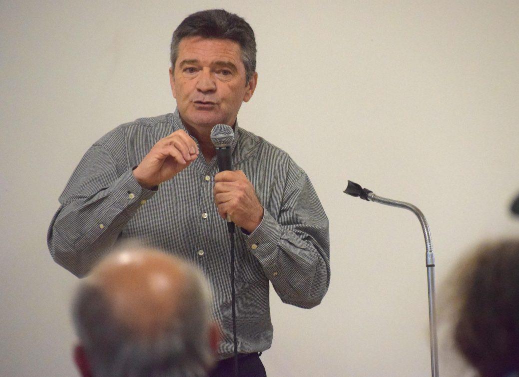 Bernard Richard, ancien député et ombudsman, s'adresse à une petite foule réunie dans une église de Moncton. - Acadie Nouvelle: Alexandre Boudreau