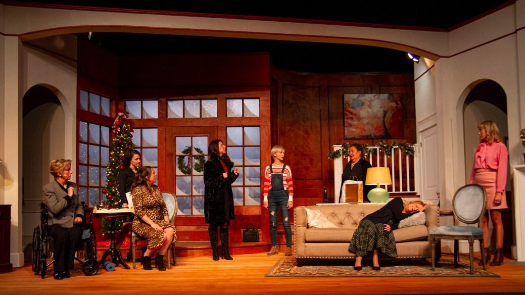 La pièce Huit femmes sera présentée en tournée au Nouveau-Brunswick. De gauche à droite: Mamy (Katherine Kilfoil), Louise (Stéphanie Bélanger), Gaby (Marie-Pierre Valay-Nadeau), PIerrette (Anika Lirette), Suzon (Joannie Thomas), Chanel (Sandra LeCouteur), Augustine (Claire Normand) et Catherine (Katrine Noël). - Gracieuseté: Noémie Roy-Lavoie, TPA