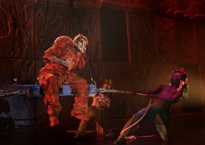 Une scène du spectacle Notre Dame de Paris. On peut apercevoir Quasimodo incarné par Angelo Del Vecchio. - Gracieuseté: Alessandro Dobici