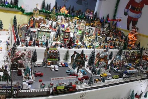 Le village de Noël de Patrice Léger s'étale sur une surface de 12 pieds par 16 pieds et comprend six plateaux. - Acadie Nouvelle: Réal Fradette