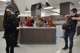 L'équipe de la série Jeunes chefs en mission tourne un épisode à l'École Louis-J.-Robichaud à Shediac. Acadie Nouvelle: Sylvie Mousseau