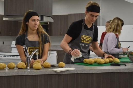 Le groupe des jeunes chefs de Shediac pèlent les pommes de terre pour le fricot acadien. Acadie Nouvelle: Sylvie Mousseau