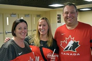 Beaucoup de personnes sont venues au match vêtues de maillots rouges et noirs à l'éffigie d'Équipe Canada - Acadie Nouvelle: Youri Nabbad