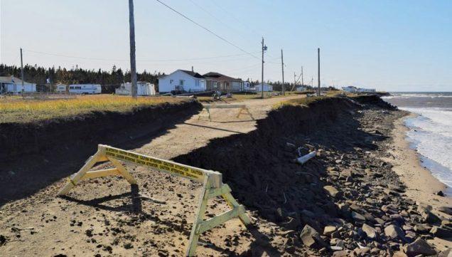 L'érosion des côtes affecte bien plusieurs communautés de la Péninsule acadienne, comme ici sur le chemin des chalet à Maisonnette. - David Caron - Octobre 2019