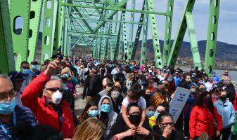 Des centaines de personnes des deux côtés de la Restigouche ont marché sur le pont J.C. Van Horne lundi afin de réclamer l'ouverture des frontières entre le Restigouche et la région Avignon-Ouest en Gaspésie. - Acadie Nouvelle: Jean-François Boisvert