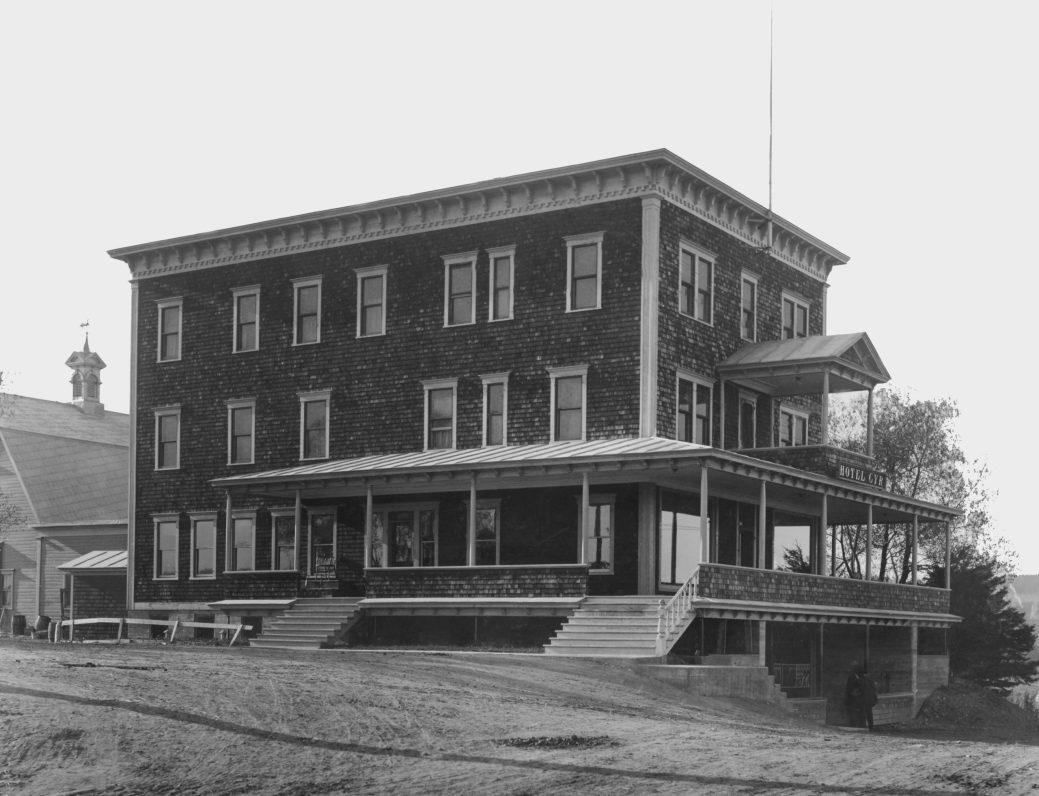 Inauguré en 1911, l'hôtel Cyr avait un bar et était renommé pour sa cuisine et son confort moderne offert aux clients à une époque il se faisait beaucoup d'affaires à Saint-Léonard. - Gracieuseté: Archives des Religieuses Hospitalières de St-Joseph, Saint-Basile