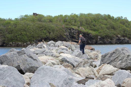 Malgré l'interdiction, les casses-cous continuent de traverser le brise-lames pour se rendre sur l'île. - Acadie Nouvelle: Simon Delattre