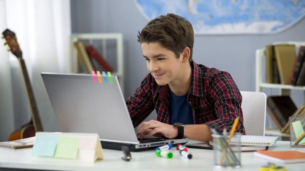 Lors de la rentrée 2020, les élèves du secondaire travailleront une journée sur deux de la maison, un endroit où les distractions sont très nombreuses. - Archives