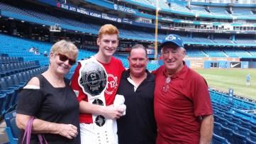 Owen Caissie en compagnie de sa grand-mère Connie, de son oncle Shannon et de son grand-père Ronnie. - Gracieuseté