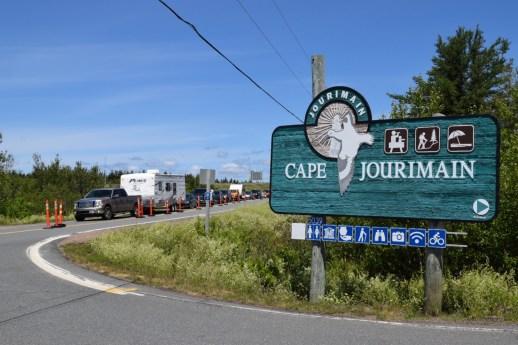 Une file de véhicules près du pont de la Confédération, vendredi. - Acadie Nouvelle: Mathieu Roy-Comeau