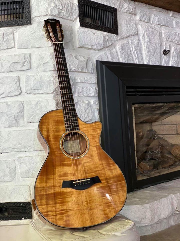Le chanteur Jean-Marc Couture a annoncé dimanche après-midi, par l'entremise de sa page Facebook, qu'il mettait en vente sa guitare de prédilection. - Gracieuseté